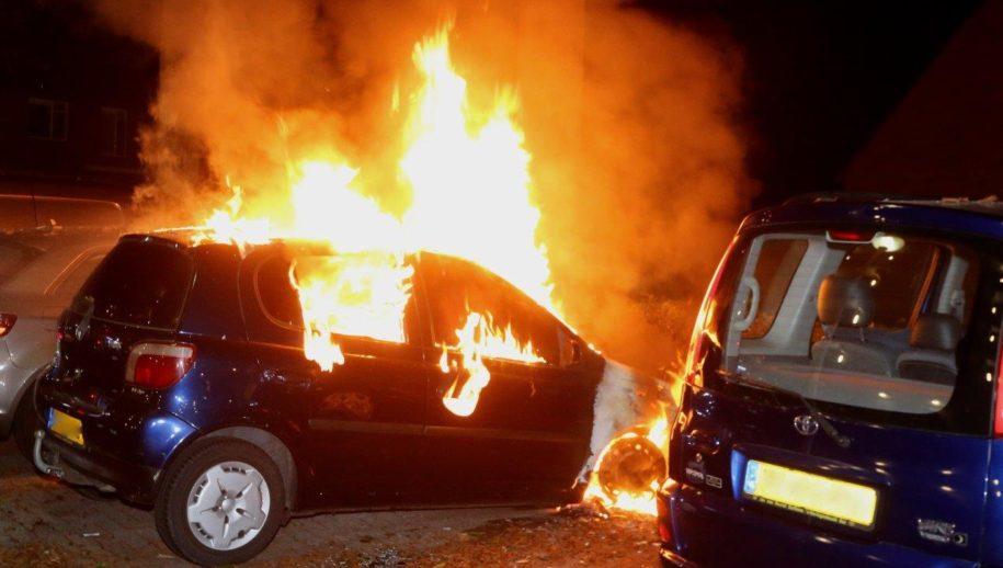 Auto In Vlammen Op In Den Bosch Aanmaakblokjes Aangetroffen