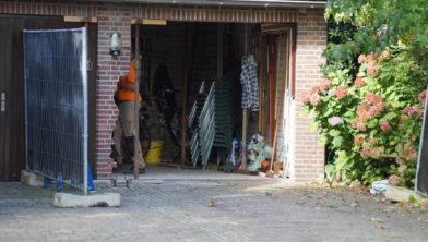 Garage Van Vlijmen : Auto rijdt garage binnen in vlijmen