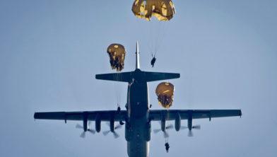 Rena, 16 september 2014.Parachutisten van het 13e infanterie bataljon C compagnie springen ter voorbereiding op acties volgende week tijdens de oefening Noble Ledger uit nederlandse C-130 Hercules toestellen.. foto: MCD/Evert-Jan Daniels