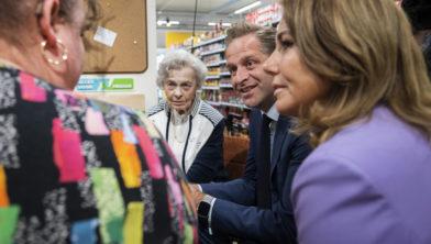 VLIJMEN Plein 16 Minister de Jonge opent samen met Colette  Kloosterman-van Eerd de Hallo Alles voor Mekaar-koffiecorner tegen het groeiende maatschappelijke probleem van de eenzaamheid