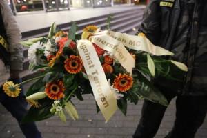 Satudarah legt krans neer als eerbetoon naar de slachtoffers van de aanslagen