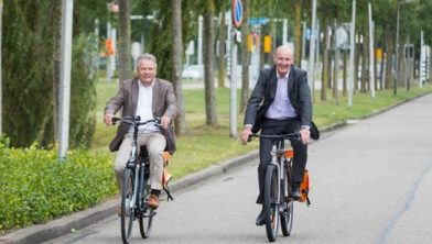 Links: Willy Smeets, algemeen directeur SOMT University. Rechts: Wethouder economie Willem-Jan Stegeman.