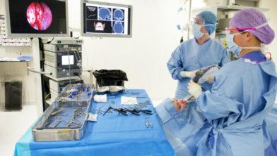 KNO-arts Wietske Richard gebruikt een navigatiesysteem bij neusbijholteoperaties.
