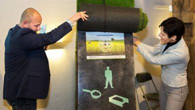 Gedeputeerde Mirjam Maasdam (r) van de provincie Utrecht onthult kringloopkalender samen met Bert van Donselaar (l), voorzitter LTO Noord provincie Utrecht
