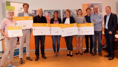 Deelnemer Anja Pennings (links) reikte de cheques uit aan de goede doelen.