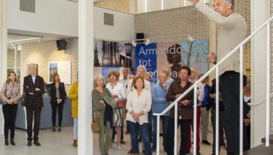 Conservator Onno Maurer geeft verhalen achter Amersfoortse kunst prijs.