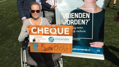 Floor, ambassadeur van de Vrienden van Meander neemt de cheque van € 5400 in ontvangst samen met Mark Roëll, burgemeester Baarn en voorzitter Vrienden van Meander en Haiko Bloemendal (r), internist-oncoloog Meander.