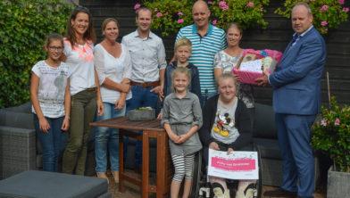De familie Reddering samen met wethouder Tigelaar en de buren.