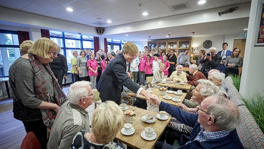 Koning Willem Alexander en Minister Hugo de Jonge (VWS) bezoeken het Sint Elisabeth verpleeg en gasthuis in Amersfoort voor een werkbezoek.