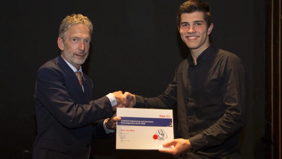 Stijn van Aken met Laurent Nelissen,  directeur bedrijfsvoering van de Faculteit Scheikundige Technologie