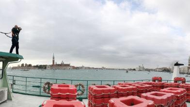 Hans Wilschut op het dak van de stuurhut van de veerpont tussen Tranchetto en Lido in Venetië