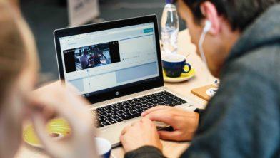 Vrijwilliger voorziet online video van audiodescriptie