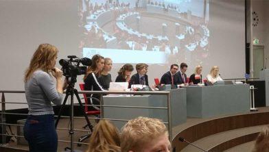 Jongeren debateren tijdens het model European Parliament