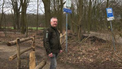 Opzichter Pieter van Dijk bij de nieuwe hekken op een bosfietspad bij Amerongen.