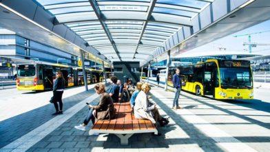 Reizigers bij station Utrecht CS