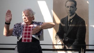 Hendrikje met foto Piet Mondriaan in Mondriaanhuis
