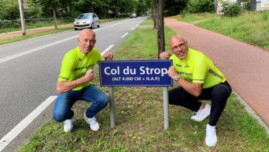 Vincent Volmer en Gert Jakobs (r) op het hoogste punt van Amersfoort, de Col du Strop, oftewel de Galgenberg