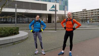 Door van Drie (4:14:57) en Jantinus Ziengs liepen samen de 42 km vanaf sportcomplex Amerena