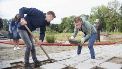 Jan-Dirk (18) en Wim uit sjouwen stenen voor op de pallet