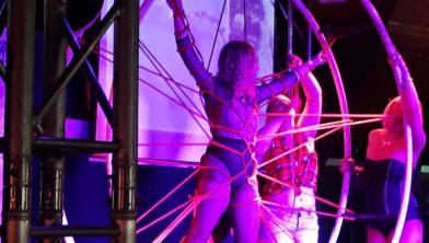 Vakkundig in touwen gewikkeld in een SM-act