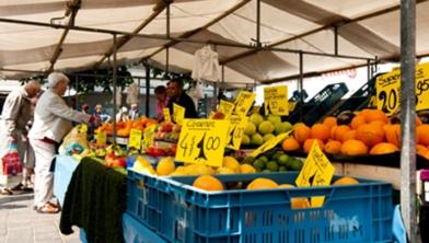 Marktkraam met fruit.