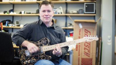 Professor Olof Diegel met 1 van zijn uitgeprinte gitaren.