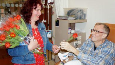 Een Pisa vrijwilligster deelde  vorig jaar voor de open dag  in het Westfries Gasthuis tulpen uit.