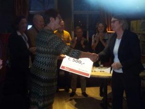 Wethouder Marjon van der Ven overhandigt cheque aan Pisa-voorzitter Karin Zeeman.