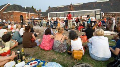 Nederland, Amsterdam, 27-07-2006 Het Ricciotti Ensemble, een orkest van 40 jonge musici, geeft een gratis avond picknick concert op het Westergasfabriek terrein. Cultuurpark Westergasfabriek. Foto: Sake Rijpkema/Hollandse Hoogte