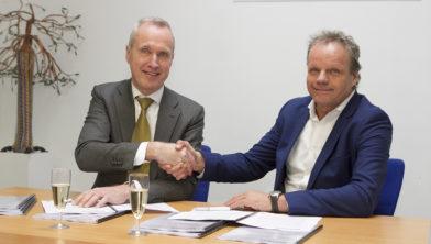 Fred Dijk (l) en Arno Heesters beklinken de deal