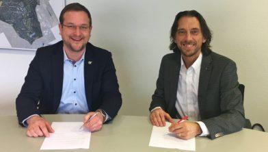 Wethouder Ramon Lucassen (l) en Herman Boer van Van Wijnen ondertekenen overeenkomst in Burgerhoes