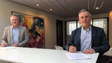 Ryszard Kruszel (l) namens MOVARE en wethouder Freed Janssen tekenen de realisatieovereenkomst.