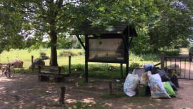Verzameld afval achtergelaten door de Maas in Zuid-Limburg.