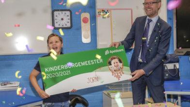 Apeldoorn, 15–7-2020,  nieuwe kinderburgemeester Jorn met Wethouder Wim Willems