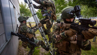 - Marnewaard / 04-07-18..- CERTIFEX oefening van het Korps Mariniers in de Marnewaard. De oefening vindt plaats in het dorp Marnehuizen...- Via een ladder bestormen de mariniers een huis en stellen deze veilig