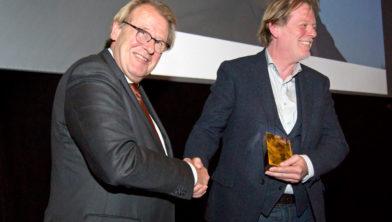 Tom Hazenberg (rechts) ontvangt de Cultuurprijs Zuid-Holland 2018 uit handen van Jaap Smit.