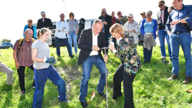 Jeanette Baljeu, gedeputeerde van de provincie Zuid-Holland en Henri Lenferink, burgemeester van Leiden, voerden samen een boring uit.
