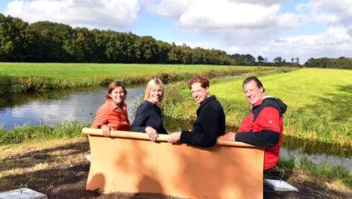 Op de foto van links naar rechts Douwtje de Vries (Fietsersbond), Marga de Jager (ANWB) gedeputeerde Floor Vermeulen en Henk de Lange (bedenker locatie)