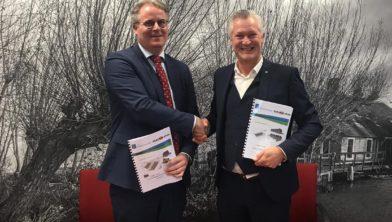 Wethouder Ton de Gans en Arno Hokke (directeur Herkon) ondertekenden de overeenkomst.