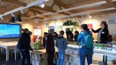 Leerlingen van de OBS Anne Frank uit Leiden krijgen uitleg over de TBM bij de RijnlandRoute.