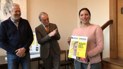 Rolf Balkenende heeft het eerste exemplaar van het magazine overhandigd aan burgemeester Hanne van Aart