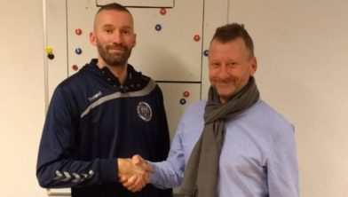 Joey Verhoeven en voorzitter Peter Jansen schudden elkaar de hand