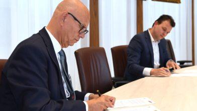 Ondertekening contract tussen wethouder Gerard Bruijniks en Robert van Doorn.