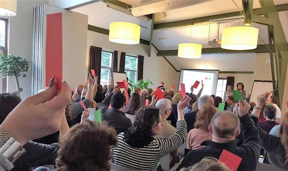 Deelnemers stemmen over stellingen van het project WijKring (foto: ZonMw)