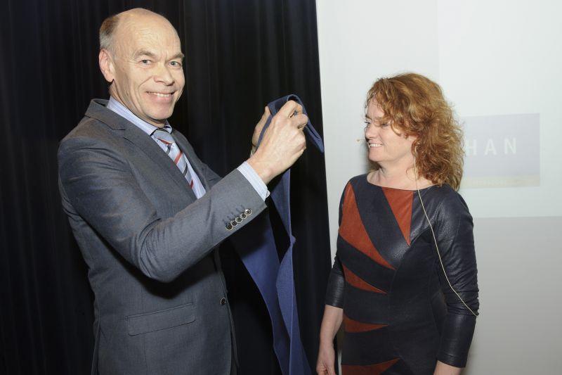 Dr. Marion van Hattum, geïnstalleerd als HAN-lector Werkzame Factoren in de Jeugd- en Opvoedhulp door dr. Tijs Breukink, interim-lid CvB HAN. (Foto: Jacques Kok)