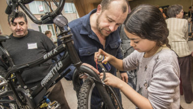 Repair Café Vlaardingen, with youngsters