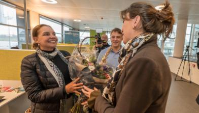 Uitreiking eerste documenten aan Braziliaanse kennismigrant door Vivianne Heijnen - wethouder gemeente Maastricht.
