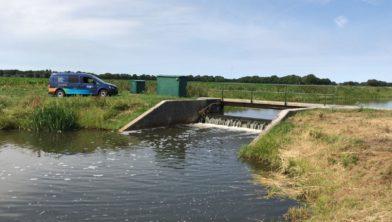 Wateraanvoer via een stuw.