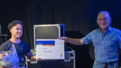 Winnaar René Daatselaar met wethouder Jaap van der Haar.