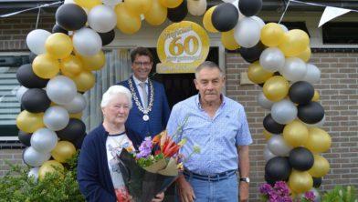 Jan en Alie Echten met de burgemeester van De Wolden..